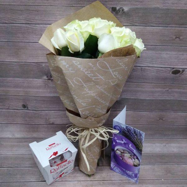 11 білих троянд з цукерками