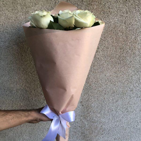 3 білі троянди