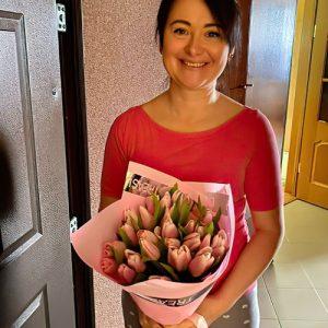 фотозвіт доставки 25 рожевих тюльпанів