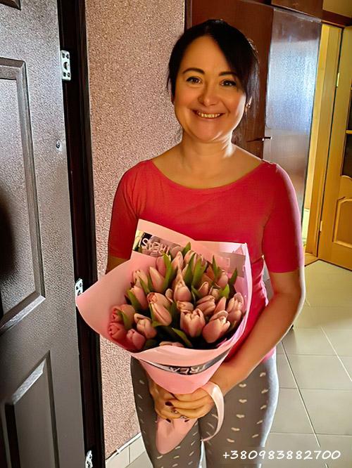фото букета 25 ніжно-рожевих тюльпанів